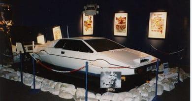 """Lotus Esprit aus dem James Bond Film """"Der Spion, der mich liebte"""",1977 auf einer Ausstellung 1998, Jörg Behrens, CC BY-SA 3.0 https://creativecommons.org/licenses/by-sa/3.0, via Wikimedia Commons"""