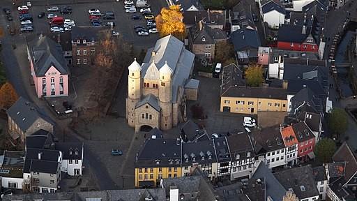 Katholische Pfarrkirche (Stiftskirche)St. Chrysanthus und Daria, Bad Münstereifel: Luftaufnahme (2015), Wolkenkratzer, CC BY-SA 4.0 https://creativecommons.org/licenses/by-sa/4.0, via Wikimedia Commons