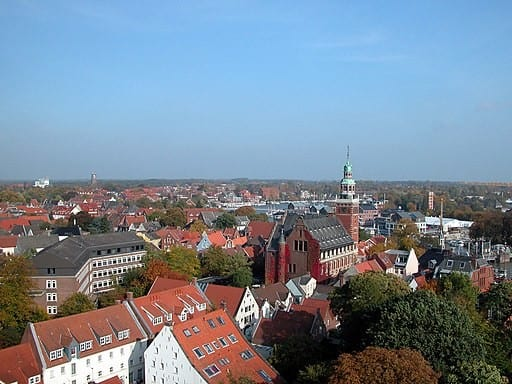 Blick überLeervon Südwesten auf Rathaus, Altstadt und Hafen - Benutzer:Brunswyk, CC BY-SA 3.0 DE https://creativecommons.org/licenses/by-sa/3.0/de/deed.en, via Wikimedia Commons
