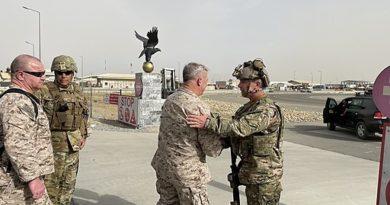 General Frank McKenzie, Kommandeur der U.S. Streitkräfte in Afghanistan und Mittlerer Osten, bei der Ankunft am Kabul Airport am 17 August 2021 - Bildquelle Titel: U.S. Central Command Public Affairs, Public domain, via Wikimedia Commons
