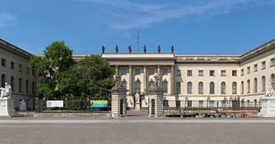 Humboldt-UniversitätzuBerlin, Frontansicht des Hauptgebäudes. Christian Wolf (www.c-w-design.de), CC BY-SA 3.0 DE https://creativecommons.org/licenses/by-sa/3.0/de/deed.en, via Wikimedia Commons