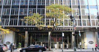 Der Eingang von Pfizer Welt Hauptniederlassung in Manhattan, New York - Coolcaesar, CC BY-SA 4.0 https://creativecommons.org/licenses/by-sa/4.0, via Wikimedia Commons