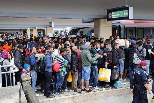 Bwag, CC BY-SA 4.0 Dicht gedrängt Migranten an einem Perron desWiener Westbahnhofesam 5. September 2015. An diesem Tag wanderten rund 9.000 Menschen (siehe ORF-Online:aus dem asiatischen Raum (Syrien, Afghanistan, Irak, Iran) ohne Grenzkontrolle von Ungarn nach Österreich ein, wobei fast alle über den Westbahnhof Richtung Deutschland weiterreisten. Insgesamt wurden von Januar bis November rund 1,5 Millionen illegale Einreisen in die EU registriert:https://creativecommons.org/licenses/by-sa/4.0, via Wikimedia Commons