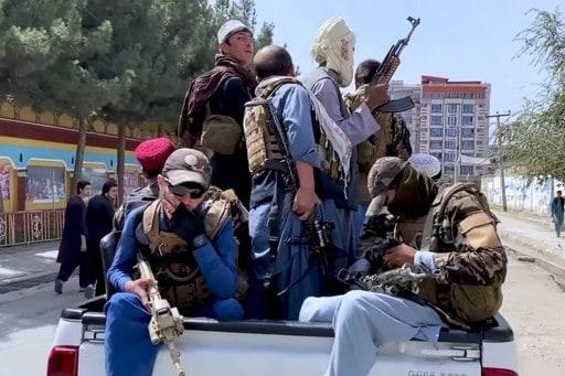 Bewaffneter Transport in Taliban-kontrolliertem Kabul, August 17 2021VOA, Public domain, via Wikimedia Commons
