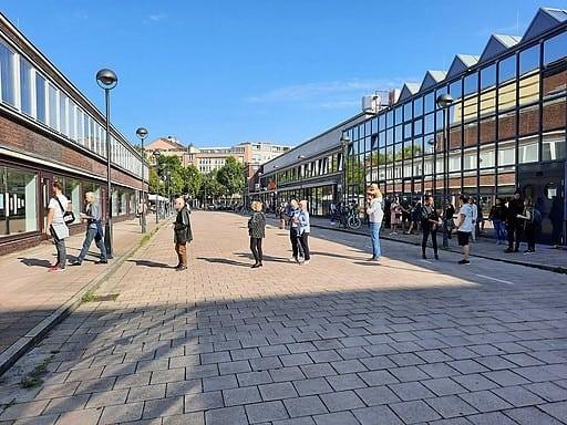 Warteschlage in Wilmersdorf Lehniner Platz Wahllokal 509; Bundestagswahl 2021 + Wahl zum Abgeordetenhaus von Berlin 2021- Fridolin freudenfett, CC BY-SA 4.0 https://creativecommons.org/licenses/by-sa/4.0, via Wikimedia Commons
