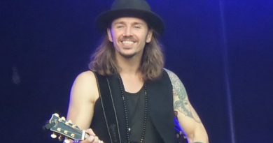 Gil Ofarim beim Picknick Konzert im Rhododendronpark (2020) - CHR!S, CC BY-SA 4.0 https://creativecommons.org/licenses/by-sa/4.0, via Wikimedia Commons