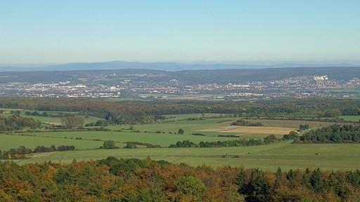Blick vom Gaußturm nach Nordosten über Göttingen zum Harz, aus Wikimedia Commons, dem freien Medienarchiv,GNU-Lizenz für freie Dokumentation